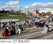 Купить «Природно-ландшафтный парк «Зарядье» в Москве», эксклюзивное фото № 27408691, снято 8 октября 2017 г. (c) lana1501 / Фотобанк Лори