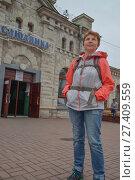 Купить «Турист женщина на перроне станции Слюдянка», фото № 27409559, снято 24 июля 2017 г. (c) Геннадий Соловьев / Фотобанк Лори