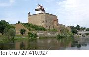 Купить «Замок Германа крупным планом. Эстония», видеоролик № 27410927, снято 12 августа 2017 г. (c) Виктор Карасев / Фотобанк Лори