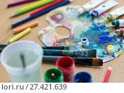 Купить «Palette, brushes and paint tubes on table», фото № 27421639, снято 1 июня 2017 г. (c) easy Fotostock / Фотобанк Лори