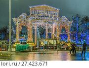 Купить «Новогодние украшения на Театральной площади в Москве», эксклюзивное фото № 27423671, снято 31 декабря 2017 г. (c) Виктор Тараканов / Фотобанк Лори