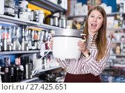 Купить «girl in delight from new devices in shop», фото № 27425651, снято 12 декабря 2017 г. (c) Яков Филимонов / Фотобанк Лори