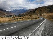 Купить «Грузия, дорога в долине среди гор», фото № 27425979, снято 30 сентября 2017 г. (c) Яна Королёва / Фотобанк Лори
