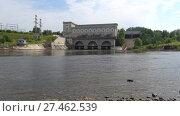 Вид на Нарвскую ГЭС облачным августовским днем. Ивангород, Россия (2017 год). Стоковое видео, видеограф Виктор Карасев / Фотобанк Лори
