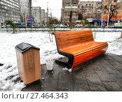Купить «Уличная скамейка в сквере на Семеновской площади. Район Соколиная гора. Город Москва», эксклюзивное фото № 27464343, снято 20 декабря 2017 г. (c) lana1501 / Фотобанк Лори