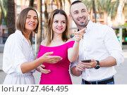 Купить «Young women are pointing the way to stranger man who was meet», фото № 27464495, снято 18 октября 2017 г. (c) Яков Филимонов / Фотобанк Лори