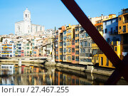 Купить «houses and church on river bank of Onyar from Eiffel bridge in Girona», фото № 27467255, снято 15 декабря 2018 г. (c) Яков Филимонов / Фотобанк Лори