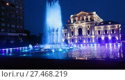 Купить «Night view of Culture Palace and colored fountain in Drobeta Turnu-Severin», видеоролик № 27468219, снято 23 октября 2017 г. (c) Яков Филимонов / Фотобанк Лори
