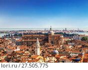 Купить «Панорамный вид на крыши Венеции с вершины колокольни Святого Марка (San Marco Campanile) базилики Святого Марка в Венеции, расположенной на площади Сан-Марко в Венеции, Италия,», фото № 27505775, снято 16 апреля 2017 г. (c) Наталья Волкова / Фотобанк Лори
