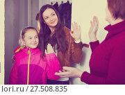 Купить «Mother with daughter saying goodbye to grandmother», фото № 27508835, снято 25 ноября 2017 г. (c) Яков Филимонов / Фотобанк Лори