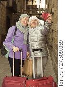 Купить «Senior females travelers taking selfie», фото № 27509059, снято 26 ноября 2017 г. (c) Яков Филимонов / Фотобанк Лори