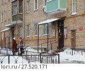 Купить «Пятиэтажный трёхподъездный кирпичный жилой дом, построен по индивидуальному проекту в 1961 году. 5-я Парковая улица, 64, корпус 4. Район Северное Измайлово. Город Москва», эксклюзивное фото № 27520171, снято 23 января 2018 г. (c) lana1501 / Фотобанк Лори