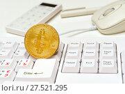 Купить «Монета биткоин, клавиатура, калькулятор и мышка», эксклюзивное фото № 27521295, снято 30 января 2018 г. (c) Юрий Морозов / Фотобанк Лори