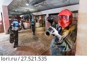Купить «Player in red mask in paintball club», фото № 27521535, снято 10 июля 2017 г. (c) Яков Филимонов / Фотобанк Лори