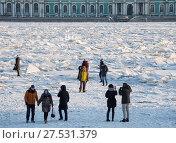 Купить «Люди ходят по льду Невы, Санкт-Петербург», фото № 27531379, снято 31 января 2018 г. (c) Юлия Бабкина / Фотобанк Лори