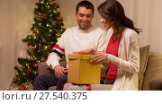 Купить «happy couple with christmas gift at home», видеоролик № 27540375, снято 17 января 2018 г. (c) Syda Productions / Фотобанк Лори