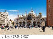 Купить «Туристы гуляют на площади Сан-Марко в Венеции, Италия», фото № 27545027, снято 19 апреля 2017 г. (c) Наталья Волкова / Фотобанк Лори
