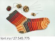 Полосатые носки, спицы и клубочки ниток. Стоковое фото, фотограф Dmitry29 / Фотобанк Лори