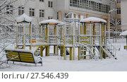 Купить «children's play complex and bench in snow around the building», видеоролик № 27546439, снято 31 января 2018 г. (c) Володина Ольга / Фотобанк Лори
