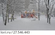 Купить «children's play complex and bench in snow around the building», видеоролик № 27546443, снято 4 февраля 2018 г. (c) Володина Ольга / Фотобанк Лори