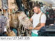 Купить «Male customer choise camouflage bag», фото № 27547335, снято 4 июля 2017 г. (c) Яков Филимонов / Фотобанк Лори