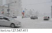 Купить «Moscow, Russia - February 4. 2018. Traffic on road after heavy snowfall in Zelenograd», видеоролик № 27547411, снято 4 февраля 2018 г. (c) Володина Ольга / Фотобанк Лори