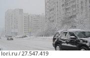 Купить «Moscow, Russia - February 4. 2018. Traffic on road after heavy snowfall in Zelenograd», видеоролик № 27547419, снято 4 февраля 2018 г. (c) Володина Ольга / Фотобанк Лори