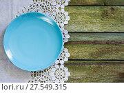 Купить «Синяя пустая тарелка на старом столе. Вид сверху.», фото № 27549315, снято 9 августа 2017 г. (c) ирина реброва / Фотобанк Лори