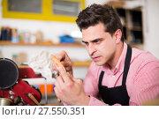 Купить «Carpenter working in studio», фото № 27550351, снято 8 апреля 2017 г. (c) Яков Филимонов / Фотобанк Лори