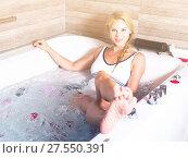 Купить «Young woman is enjoying aromatherapy with petals», фото № 27550391, снято 18 июля 2017 г. (c) Яков Филимонов / Фотобанк Лори