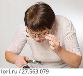 Купить «Пожилая женщина что-то разглядывает через две пары очков и лупу», фото № 27563079, снято 5 февраля 2018 г. (c) Юлия Бабкина / Фотобанк Лори