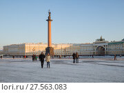 Купить «People on the Palace Square on the background of the Alexandria column and the arch of the General Staff», фото № 27563083, снято 31 января 2018 г. (c) Юлия Бабкина / Фотобанк Лори