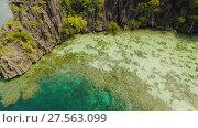 Купить «Coron, Palawan, Philippines, aerial view of beautiful Twin lagoon and limestone cliffs», видеоролик № 27563099, снято 4 февраля 2018 г. (c) Mikhail Davidovich / Фотобанк Лори
