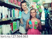 Купить «female with daughter showing shampoo», фото № 27564063, снято 5 августа 2017 г. (c) Яков Филимонов / Фотобанк Лори