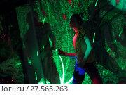 Купить «Танцы с инструктором на свободной площадке свете софитов», эксклюзивное фото № 27565263, снято 4 февраля 2018 г. (c) Дмитрий Неумоин / Фотобанк Лори