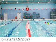 Купить «Тренер по плаванию объясняет упражнение для юных пловцов в бассейне», фото № 27572027, снято 24 декабря 2017 г. (c) Кекяляйнен Андрей / Фотобанк Лори