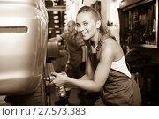 Купить «female mechanic working on car tyre service», фото № 27573383, снято 19 сентября 2019 г. (c) Яков Филимонов / Фотобанк Лори