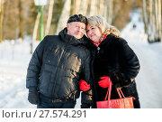 Счастливая пара. Счастливые мужчина и женщина зимой на улице стоят в обнимку. Стоковое фото, фотограф Игорь Низов / Фотобанк Лори