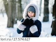 Купить «Красивая девушка зимним днём в парке», эксклюзивное фото № 27574627, снято 23 января 2018 г. (c) Игорь Низов / Фотобанк Лори