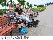 Мама с ребенком на роликах отдыхают на скамейке. Стоковое фото, фотограф Кекяляйнен Андрей / Фотобанк Лори