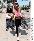 Купить «Shameless actress Shanola Hampton carries her newborn son out of Iron gym in Santa Monica, California after a workout with Celebrity trainer Torri Shack...», фото № 27601255, снято 25 июля 2016 г. (c) age Fotostock / Фотобанк Лори