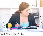 Купить «Inexperienced employee is having productive day at work», фото № 27607867, снято 21 мая 2017 г. (c) Яков Филимонов / Фотобанк Лори