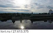 Купить «Aerial of Pskov Kremlin and Trinity Cathedral», видеоролик № 27613375, снято 30 ноября 2017 г. (c) Михаил Коханчиков / Фотобанк Лори