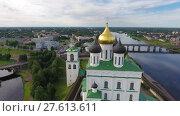 Купить «Aerial of Pskov Kremlin and Trinity Cathedral», видеоролик № 27613611, снято 30 ноября 2017 г. (c) Михаил Коханчиков / Фотобанк Лори