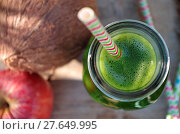 Купить «Green smoothie with spinach, apple and coconat (exterior shot)», фото № 27649995, снято 19 августа 2018 г. (c) easy Fotostock / Фотобанк Лори