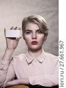 Купить «Девушка демонстрирует  пустой бланк», фото № 27661967, снято 9 февраля 2018 г. (c) Юрий Викулин / Фотобанк Лори