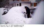 Купить «Cars covered with snow in a residential area of Moscow», видеоролик № 27669027, снято 7 февраля 2018 г. (c) Aleksandr Lutcenko / Фотобанк Лори