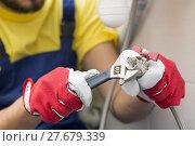 Купить «plumber screwing plumbing fittings in bathroom», фото № 27679339, снято 22 марта 2019 г. (c) PantherMedia / Фотобанк Лори