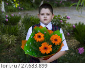 Купить «the school student with a beautiful bouquet of flowers, the front view», фото № 27683899, снято 20 июня 2019 г. (c) PantherMedia / Фотобанк Лори