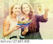 Купить «lost tourists looking for hotel», фото № 27687435, снято 23 февраля 2019 г. (c) Яков Филимонов / Фотобанк Лори
